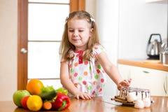 Kind, das schädliches Lebensmittel zugunsten des Gemüses ablehnt stockbilder