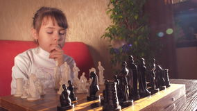 Kind, das Schach spielt stock footage