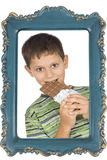 Kind, das Schokolade isst lizenzfreies stockfoto