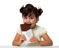 Kind, das Schokolade isst Stockfoto