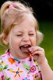 Kind, das Schokolade isst stockfotos
