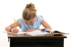 Kind, das Schule-Arbeit am Schreibtisch erledigt lizenzfreies stockfoto