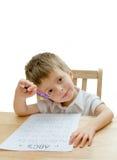 Kind, das Schulearbeit erledigt Stockbild