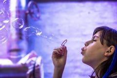 Kind, das Seifenluftblasen beginnt Stockfotos