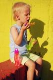 Kind, das Seifenluftblasen bildet Lizenzfreie Stockfotografie