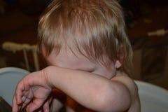 Kind, das sein Gesicht bedeckt Lizenzfreie Stockfotografie