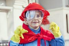 Kind, das am Sein wunderbarer Held spielt Lizenzfreie Stockfotografie