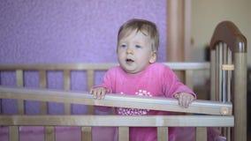Kind, das in seinem Bett, Springen, versuchend hinauszugehen spielt stock video footage
