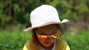 Kind, das seinen fase und Körpersonnencreme Sonnenbrand schmiert Suncream-Creme Sunprotections-Creme Nahaufnahmebaby stock video footage