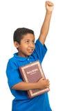 Kind, das Sieg durch Wort Gottes proklamiert Stockfoto