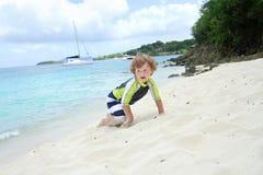 Kind, das Spaß auf tropischem Strand nahe Ozean hat Lizenzfreie Stockfotografie