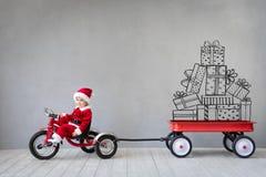 Kind, das Spaß auf Weihnachtszeit hat stockfoto