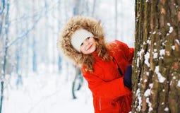 Kind, das Spaß draußen mit Schneeball im Winter hat Lizenzfreies Stockfoto