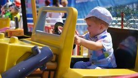 Kind, das Spaß an einem Vergnügungspark hat Reiten des Autos Lizenzfreies Stockfoto