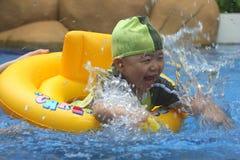 Kind, das Spaß im Pool hat lizenzfreies stockbild