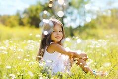 Kind, das Spaß im Sommertag hat Stockfotos