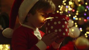 Kind, das Spaß mit Geschenk - Abschluss oben hat Wenig gifting Geschenk Santa Clauss stock footage