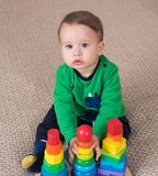 Kind, das Spielwaren spielt Lizenzfreies Stockbild