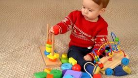 Kind, das Spielwaren spielt stock video