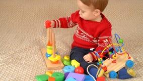 Kind, das Spielwaren spielt stock footage