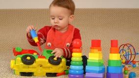 Kind, das Spielzeuglastwagen spielt stock footage