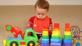 Kind, das Spielzeuglastwagen spielt stock video