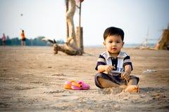 Kind, das am Strand spielt Stockfotos