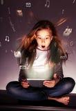 Kind, das Tabletten betrachtet Lizenzfreie Stockbilder