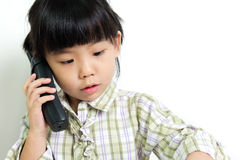 Kind, das am Telefon spricht Stockbild