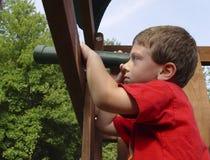 Kind, das Teleskop verwendet Stockfoto