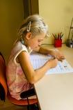 Kind, das am Tisch studiert Stockfoto