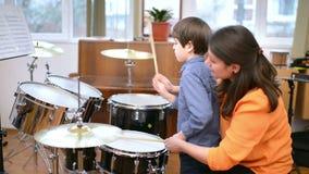 Kind, das Trommeln studiert stock video footage