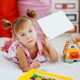 Kind, das unbelegte Karte anhält Stockfotografie