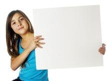 Kind, das unbelegtes Meldungkartenplakat anhält Lizenzfreie Stockfotografie
