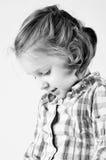 Kind, das unten schaut Stockfotos