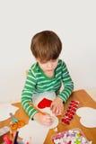 Kind, das Valentinstag-Handwerk, Liebe und Herzen tut Lizenzfreies Stockbild
