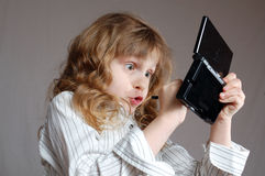Kind, das Videospiel spielt Lizenzfreies Stockfoto