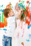Kind, das viel Spaß malt und hat Stockbild