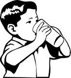 Kind, das von einem Glas trinkt Lizenzfreie Stockfotografie