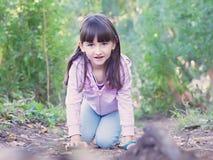 Kind, das am Wald geht Stockbild