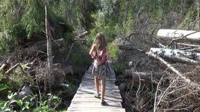 Kind, das in Wald, Kindernatur im Freien, Mädchen spielt in kampierendem Abenteuer geht stock footage