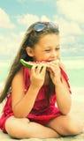 Kind, das Wassermelone isst Stockfotos