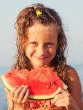 Kind, das Wassermelone isst lizenzfreie stockfotografie