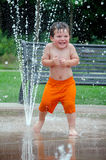 Kind, das weg an einem heißen Sommertag abkühlt