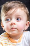 Kind, das weg schaut Stockfoto