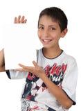 Kind, das weißen Zeichenplatz des unbelegten Papiers zeigt Lizenzfreie Stockbilder