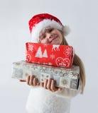 Kind, das Weihnachtskasten hält Lizenzfreies Stockbild