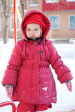 Kind, das in Winter geht Lizenzfreie Stockfotografie
