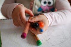 Kind, das Zeichenstifte hält lizenzfreies stockbild