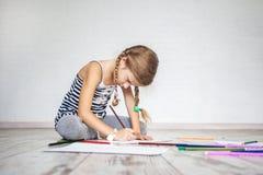 Kind, das zu Hause drowing ist lizenzfreie stockfotografie